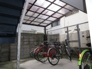 こちらは駐輪場です。こちらにはバイクが置けません。 バイク置き場は別の場所になります。